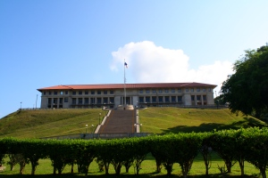 4. Deslizarse por la colina del Administration Building.